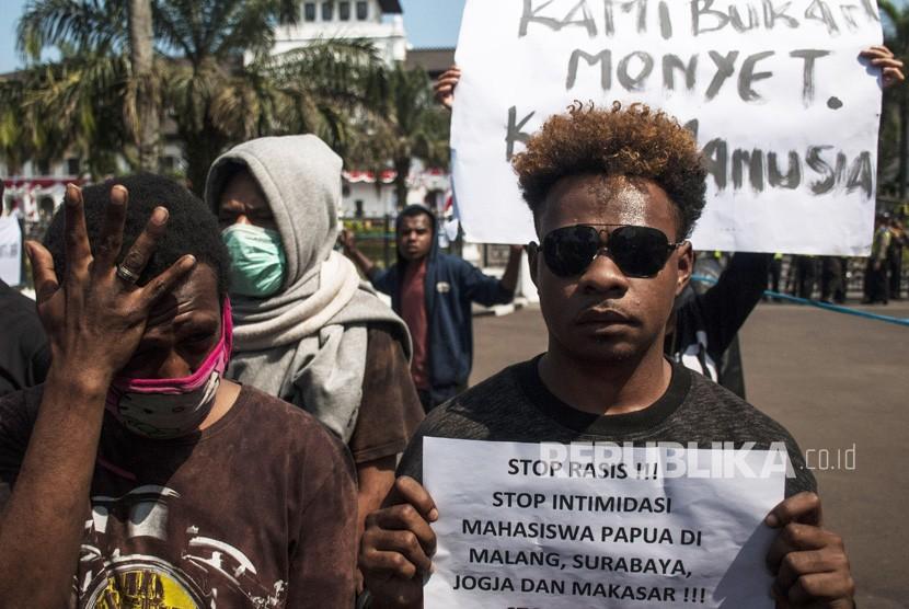 Massa yang tergabung dalam Ikatan Mahasiswa Papua Sejawa-Bali melakukan aksi unjukrasa damai di Depan Gedung Sate, Bandung, Jawa Barat, Senin (19/8/2019).