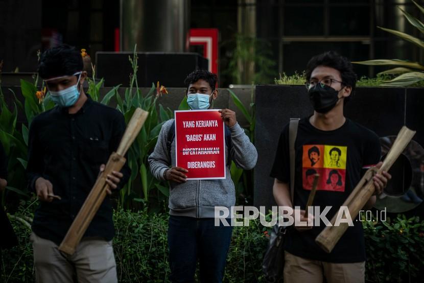 Massa yang tergabung dalam Koalisi Masyarakat Antikorupsi menabuh kentongan saat melakukan aksi di depan Gedung KPK, Jakarta, Selasa (18/5/2021). Aksi tersebut merupakan bentuk dukungan kepada 75 pegawai KPK yang dinyatakan nonaktif setelah tidak lolos tes wawasan kebangsaan.