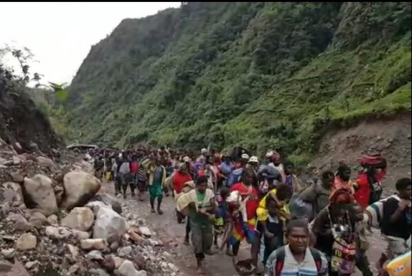 Masyarakat asli Kimbeli dan Banti, Tembagapura, Mimika, Papua dievakuasi ke Gedung Emeneme, Timika, Papua.
