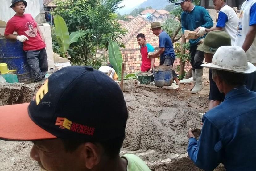 Masyarakat Desa Gerem, Kecamatan Grogol,  Kota Cilegon, Banten bergotong royong merenovasi madrasah dengan bantuan dana dari Baznas.