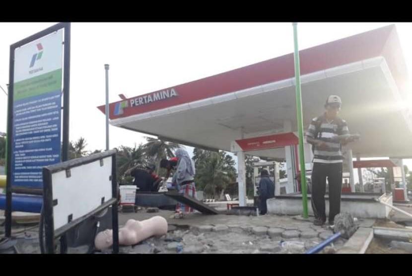 Masyarakat di sekitar daerah Kecamatan Sigibiromaru, Kabupaten Sigi memanfaatkan BBM yang tersisa di SPBU Desa Jono, Sigi untuk kendaraan maupun untuk menyalakan listrik yang terputus di wilayah tersebut sejak gempa hingga Kamis (4/10).