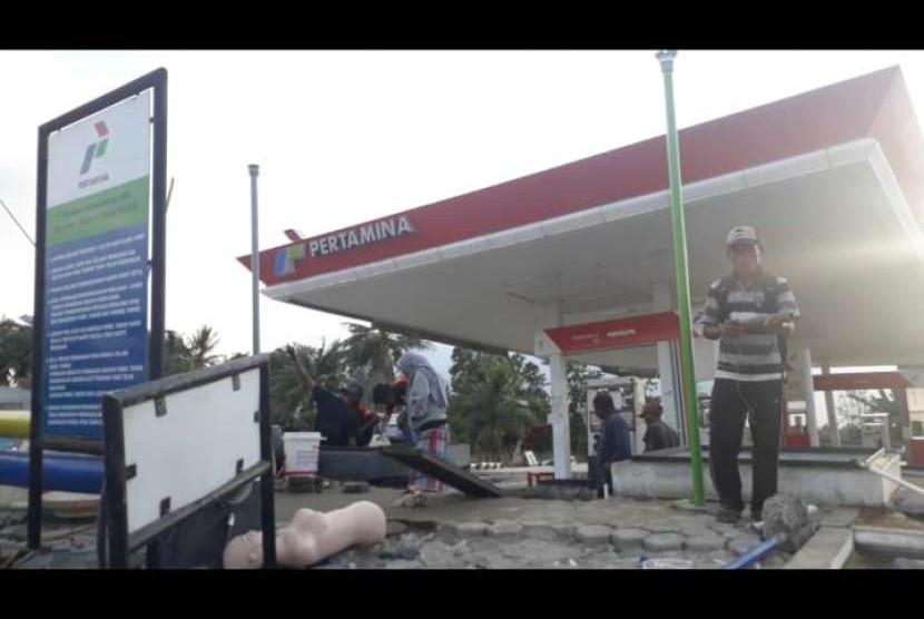 Masyarakat di sekitar daerah Kecamatan Sigibiromaru, Kabupaten Sigi memanfaatkan BBM yang tersisa di SPBU Desa Jono, Sigi untuk kendaraan maupun untuk menyalakan listrik yang terputus di wilayah tersebut sejak gempa hingga Kamis (4/10) hari ini.
