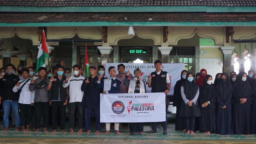 Masyarakat di wilayah Solo Raya atau eks Karesidenan Surakarta mendeklarasikan dukungan terhadap Palestina melalui Komite Kemanusiaan Internasional Pembebasan Palestina (KKIPP).