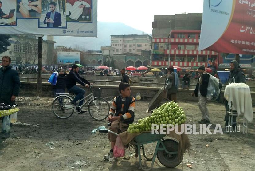 Masyarakat Kota Kabul, Afghanistan menjajakan dagangannya di pinggir jalan, Rabu (28/2).