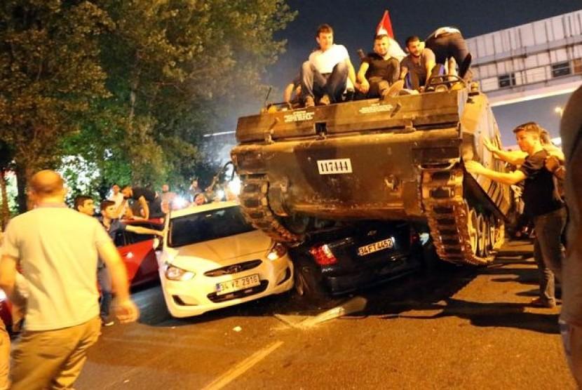 Masyarakat menduduki tank yang digunakan militer untuk melakukan kudeta di Turki.