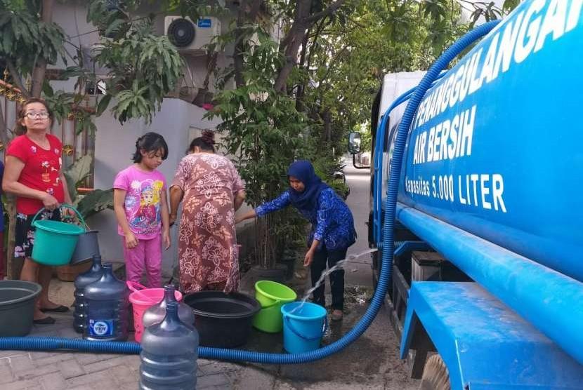 Masyarakat mengerubungi truk tangki air bersih, dua kecamatan di Kota Tangerang mengalami kekeringan akibat pecahnya saluran pipa distribusi air bersih milik PDAM Tirta Benteng, setelah empat hari tidak mendapatkan air bersih, warga Kelurahan Cipondoh Makmur didatangi truk air bersih, Senin (17/9), Kota Tangerang.