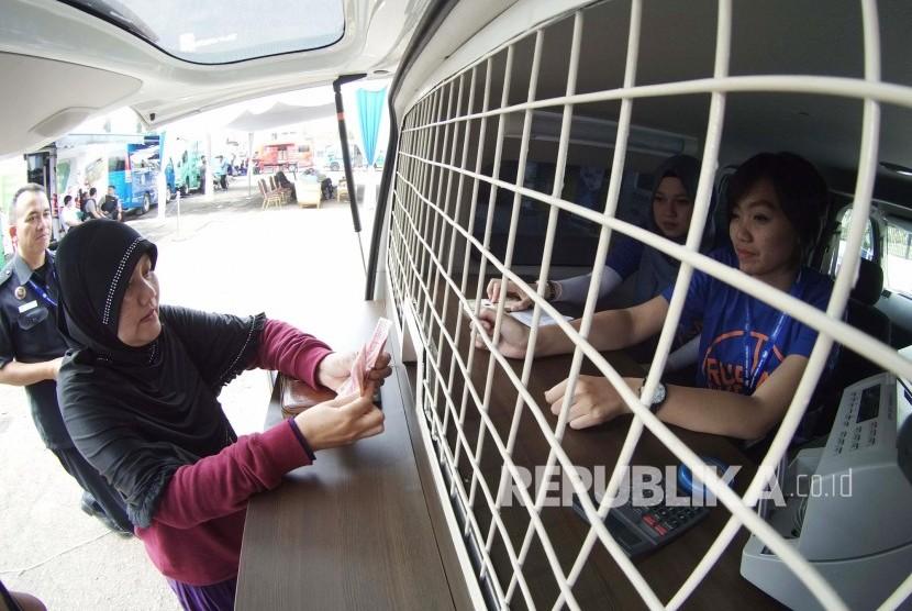 Masyarakat menukarkan uang di mobil penukaran uang terpadu, di halamam Monumen Perjuangan, Kota Bandung, Senin (20/9).(Republika/Edi Yusuf)