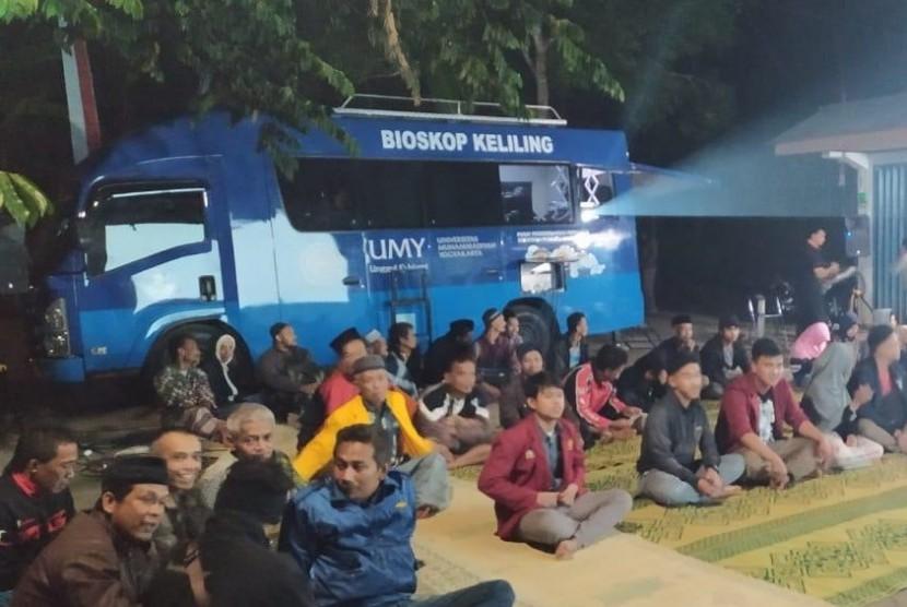 Masyarakat menyaksikan pemutaran film oleh Bioskop Keliling  Universitas Muhammadiyah Yogyakarta (Bioling UMY).