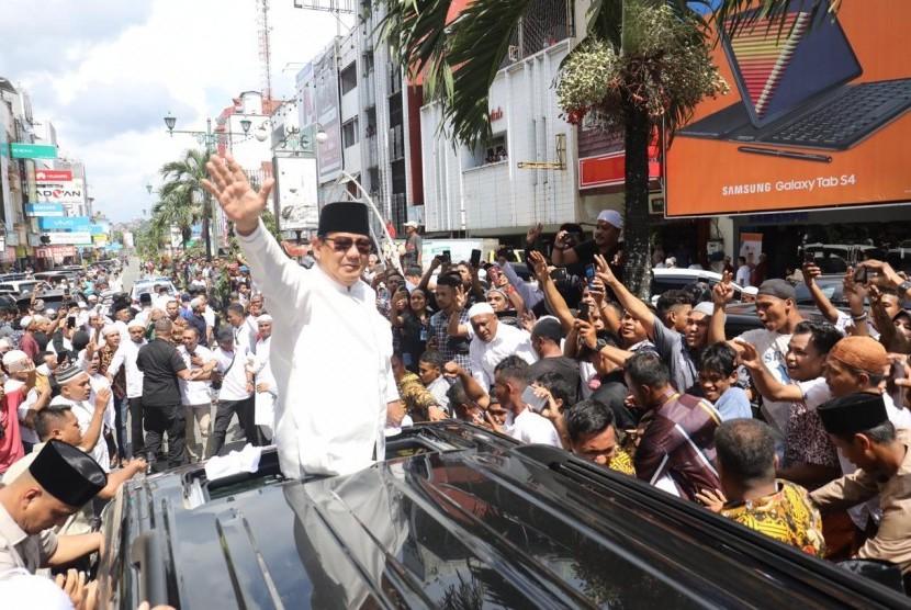 Masyarakat menyambut kedatangan calon presiden (capres) Prabowo Subianto di Kota Ambon, Jumat (28/12).
