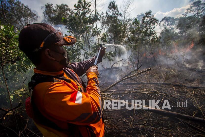 Masyarakat Peduli Api (MPA) berupaya memadamkan kebakaran lahan. (Ilustrasi)