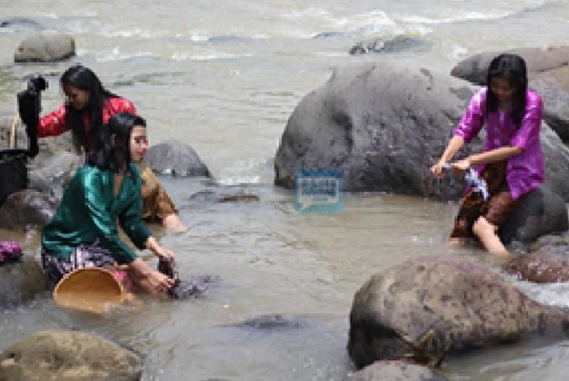 Warga desa mencuci pakaian di sungai. (ilustrasi)