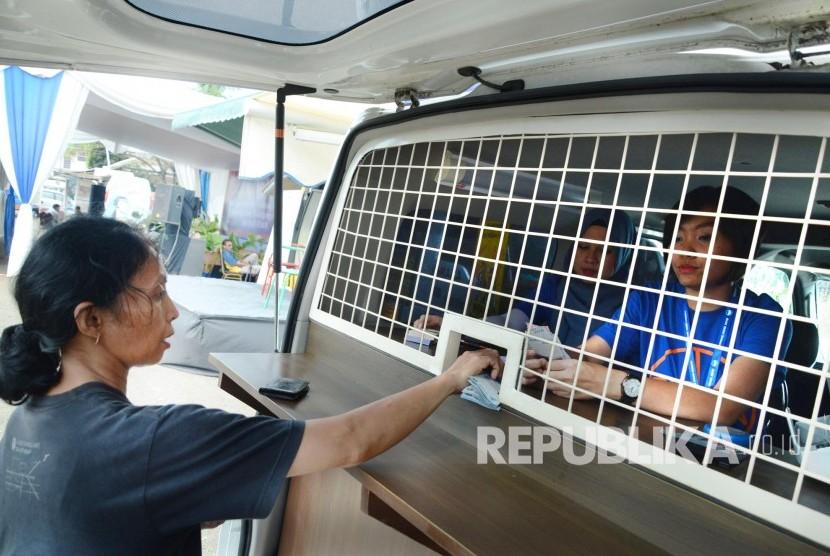 Masyarakat tukar uang di mobil penukaran uang terpadu, di halamam Monumen Perjuangan, Kota Bandung, Senin (20/9).(Republika/Edi Yusuf)