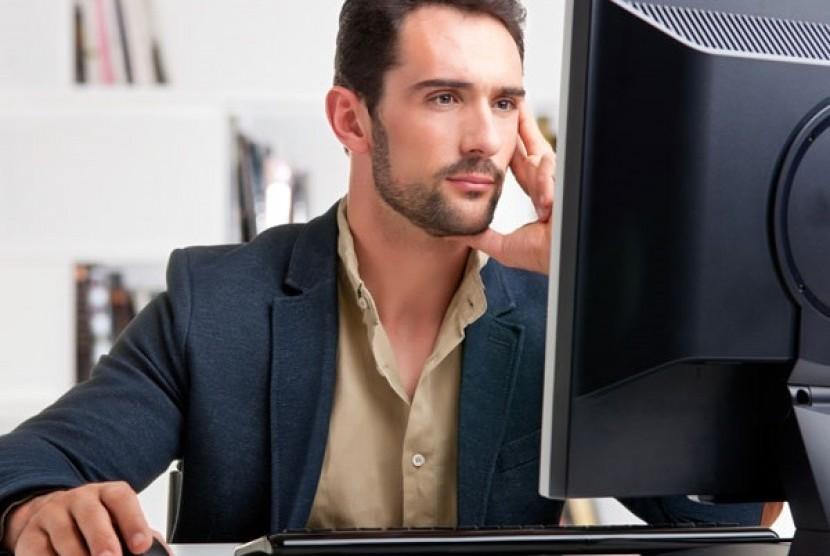 Mata jangan terlalu sering melihat komputer. Kegiatan seperti in jelas menjadi salah satu penyebab utama mata kering.