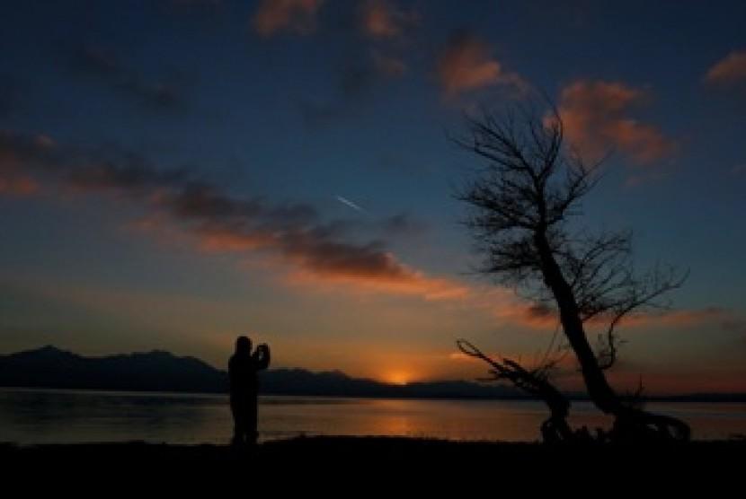 Matahari terbenam (ilustrasi)