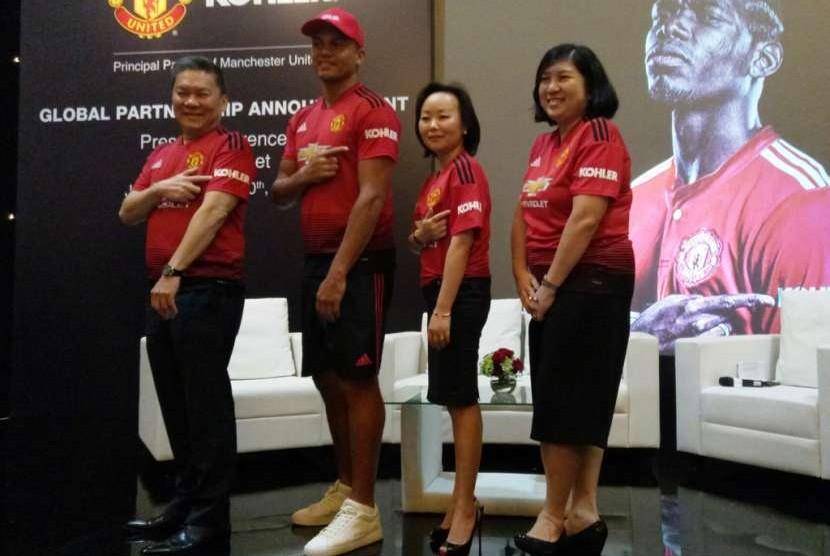 Matan bek Manchester United Wes Brown (kedua kiri) bersama Presiden Kitchen and Bath Kohler Asia Pasifik Angel Yang (kedua kanan).