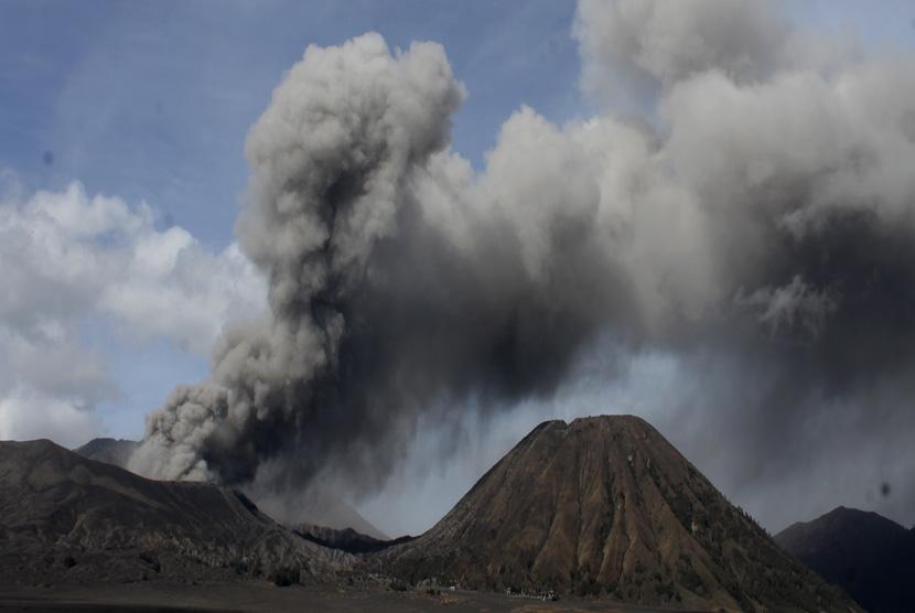 Material debu vulkanik terlihat keluar dari kawah Gunung Bromo, Probolinggo, Jawa Timur, Kamis (10/12).