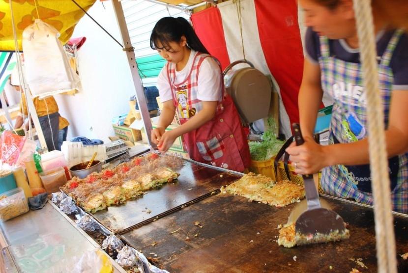 Saat berkunjung ke Kamakura, wisatawan dilarang makan sambil berjalan. Ilustrasi.