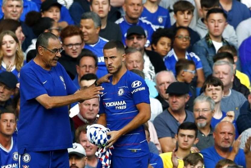 Maurizio Sarri (kiri) memberikan instruksi kepada Eden Hazard.