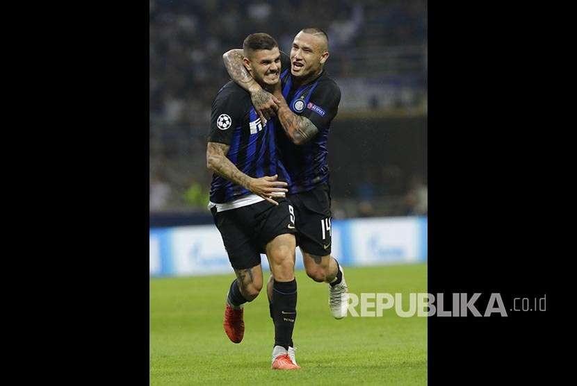 Mauro Icardi (kiri) merayakn golnya bersama Radja Nainggolan (kanan) pada pertandingan Grup B Liga Champions antara Inter Milan melawan Tottenham Hotspurs di Stadion San Siro, Itali, Rabu (19/9) dini hari.