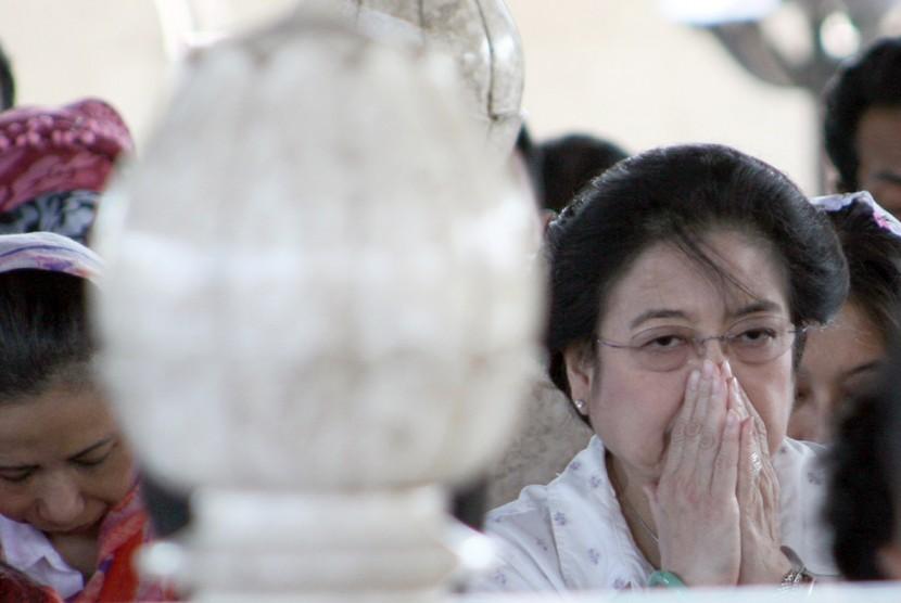 Megawati Soekarnoputri berdoa saat berziarah ke makam Bung Karno di Kelurahan Bendogerit, Sanan Wetan, Blitar, Jawa Timur.
