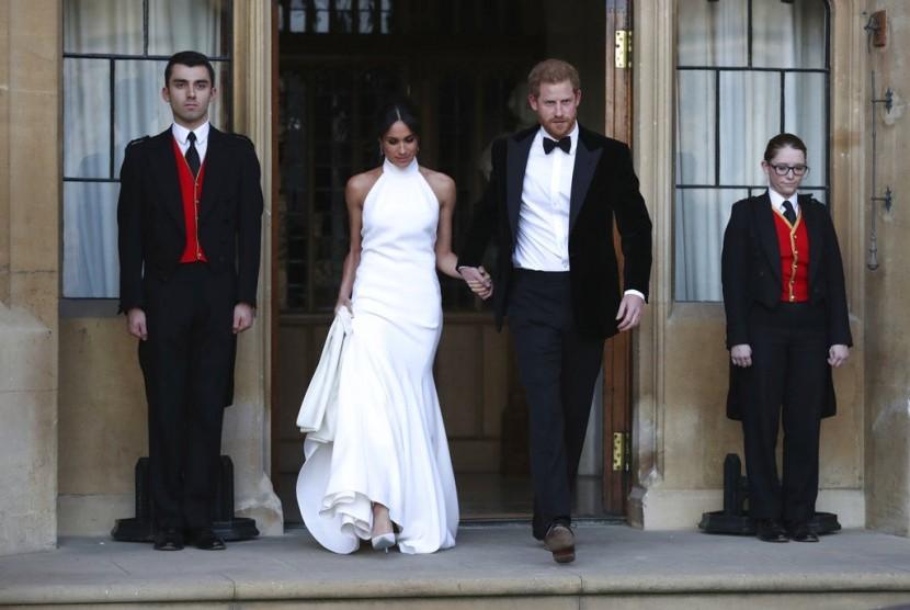 Meghan Markle dan Pangeran Harry berganti pakaian untuk mengikuti resepsi perkawinannya, Sabtu (19/5), di Kastil Windsor.