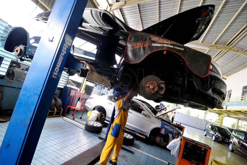 Ilustrasi. Mekanik melakukan perawatan berkala mobil di Bengkel. (Republika/ Wihdan)