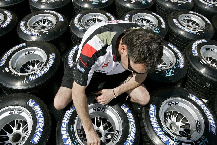 Mekanik mengecek ban produk Michelin. (ilustrasi)