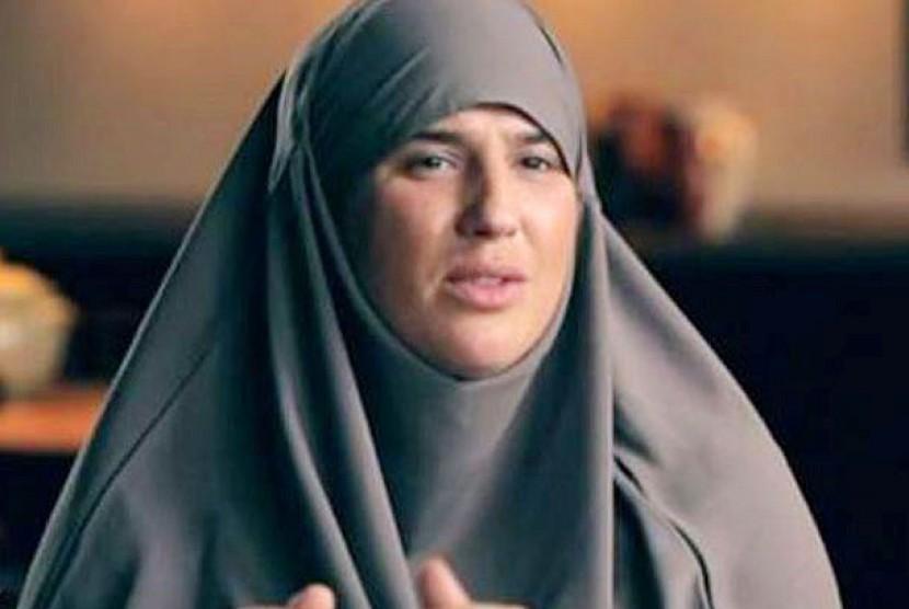 Melanie Georgiades memeluk Islam dan mengenakan hijab.