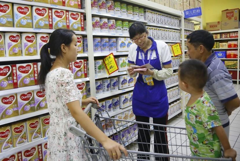 Membaca label kemasan pangan sebelum membeli produk saat dianjurkan demi keamanan pangan.