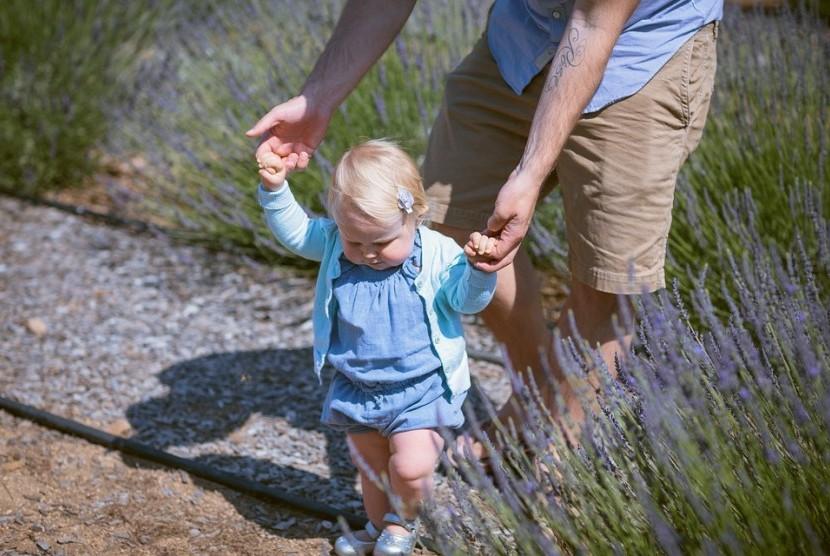 Membantu anak belajar anak dengan menuntunnya lebih baik dari penggunaan baby walker.