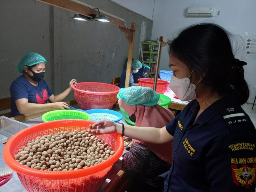 Membantu pelaku usaha dalam melakukan ekspor yang menembus pasar global, Bea Cukai di berbagai daerah lakukan asistensi dan dukungan terhadap produk andalan daerah setempat. Dengan mengedepankan kunjungan serta pendekatan humanis dengan mendatangi langsung, Bea Cukai mendatangi beberapa UMKM di wilayah Meulaboh, Maluku serta Jambi.