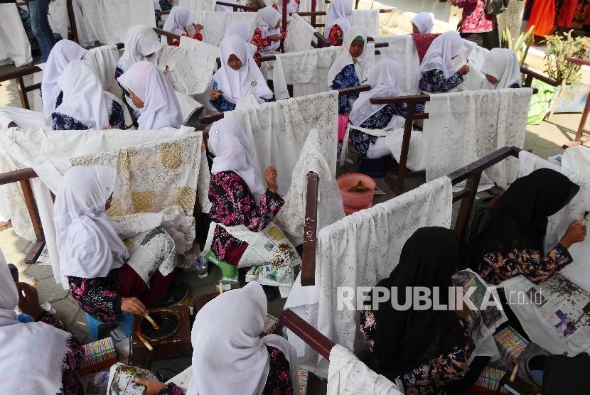 [ilustrasi] Siswa SMP membatik massal di Desa Gedangsari, Desa Tegalrejo, Kec. Gedangsari, Kab. Gunungkidul, DI Yogyakarta.