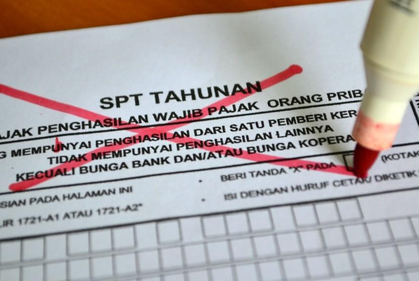 Membayar pajak (ilustrasi).