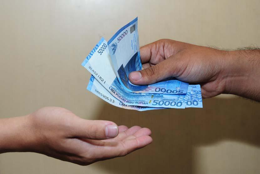 Memberi uang, dan membayar hutang (ilustrasi).