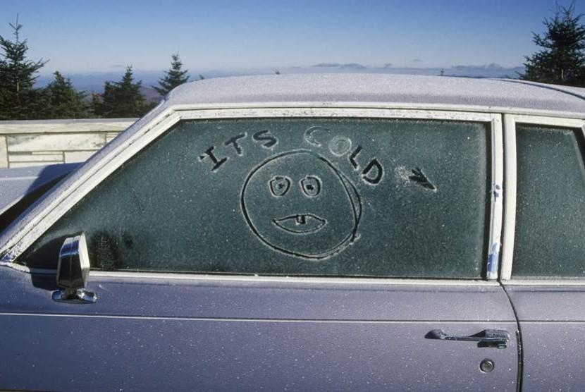 Membersihkan mobil (ilustrasi)