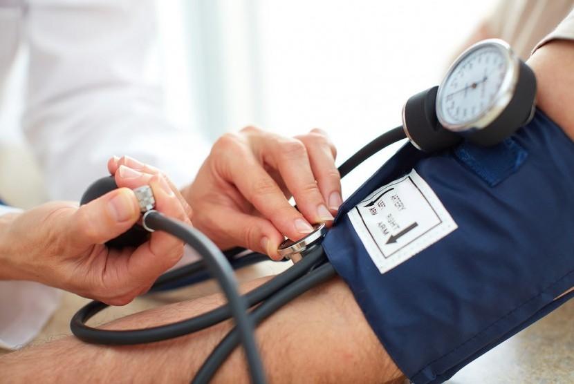 Memeriksa tekanan darah.