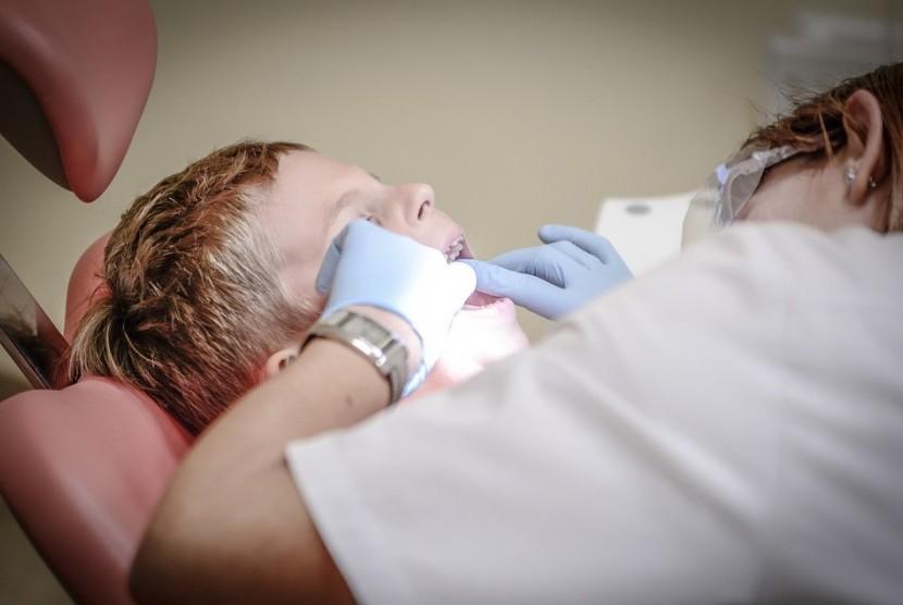 Memeriksakan diri ke dokter gigi sangat penting karena berkaitan dengan kesehatan tubuh secara keseluruhan.