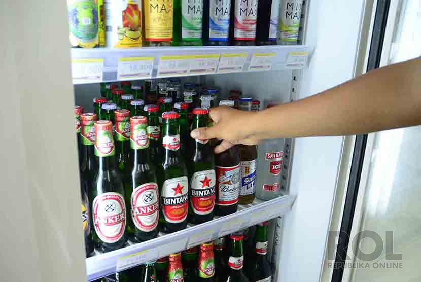 Memilih Minuman Beralkohol minum bir anggur alkohol (ilustrasi)