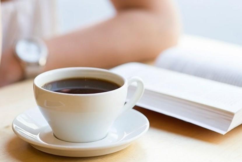 Meminum kopi (ilustrasi)