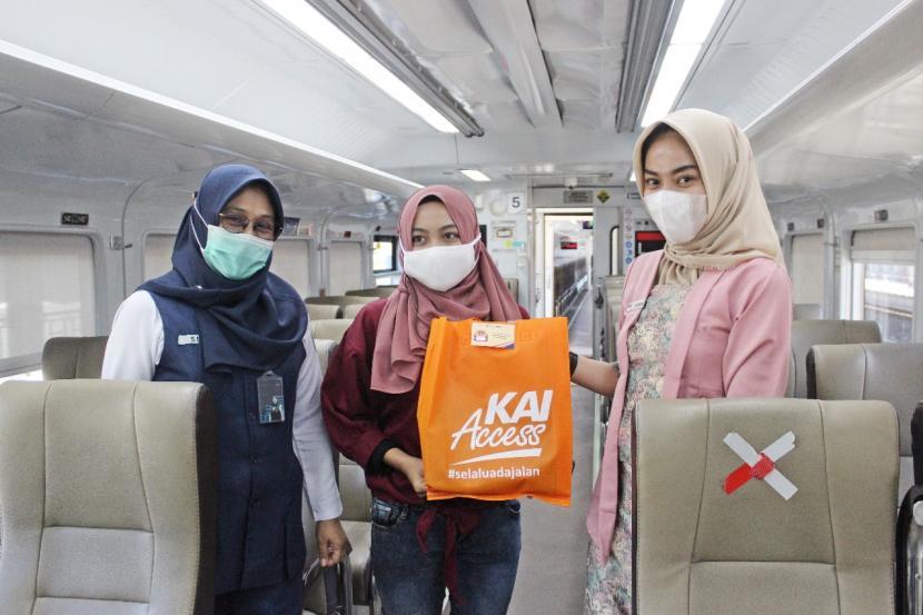 PT KAI Daop III Cirebon membagikan paket suvenir kepada penumpang perempuan saat kegiatan peringatan Hari Kartini, Rabu (21/4/2021).
