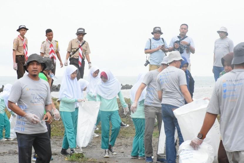 Memperingati Hari Nelayan Nasional (HNN), Selasa (30/4), PT Polytama Propindo besama ratusan warga membersihkan bibir Pantai Glayem di Kecamatan Juntinyuat, Kabupaten Indramayu, sepanjang satu kilometer lebih.