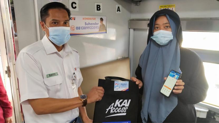 Memperingati Hari Pendidikan Nasional (Hardiknas) 2021, PT KAI Daop 3 Cirebon membagikan paket souvenir menarik kepada para penumpang KA yang berstatus pelajar, Ahad (2/5). Kegiatan dilakukan di Stasiun Cirebon dan Stasiun Cirebon Prujakan.