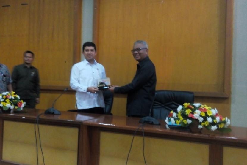 Men PAN RB Yuddy Chrisnandi dan Bupati Sukabumi Sukmawijaya