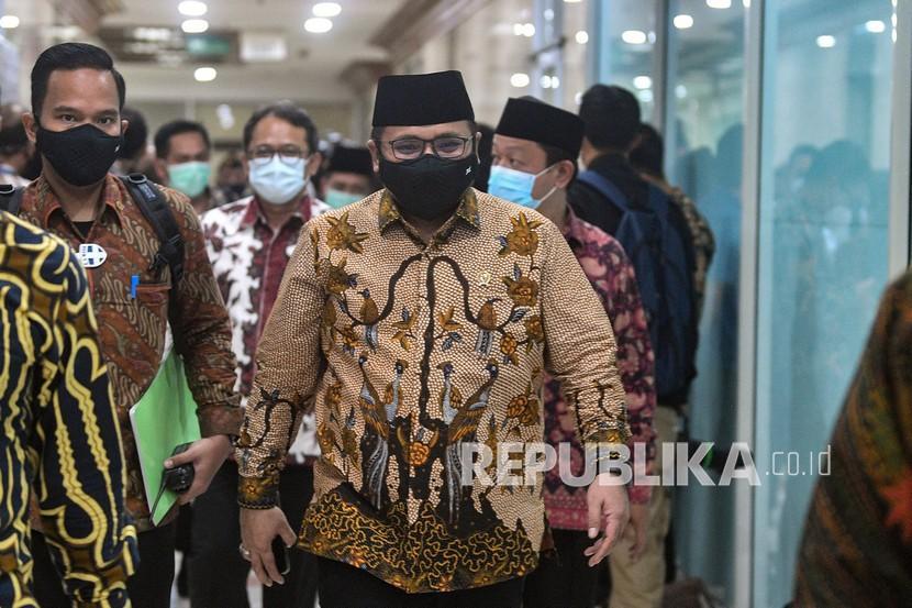Menag Yaqut Cholil Qoumas berjalan saat akan mengikuti raker dengan Komisi VIII DPR di Kompleks Parlemen, Senayan, Jakarta, Rabu (2/6/2021). Rapat yang membahas perkembangan persiapan penyelenggaraan ibadah haji tersebut akan dilakukan secara tertutup.