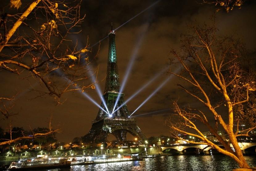 Menara Eiffel di jantung kota Paris, Prancis.