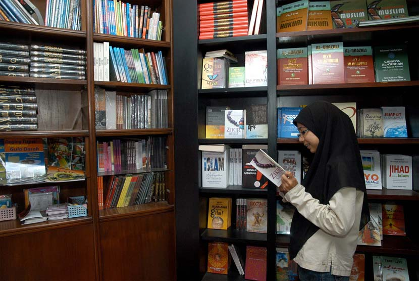 Mencari buku di perpustakaan (ilustrasi).