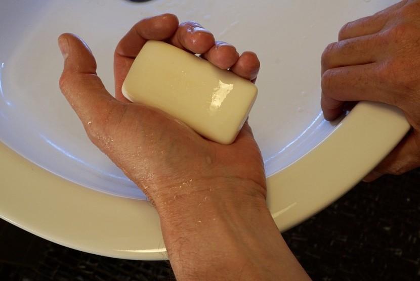 Mencuci tangan dengan benar akan membantu menghindari diri dari bakteri.