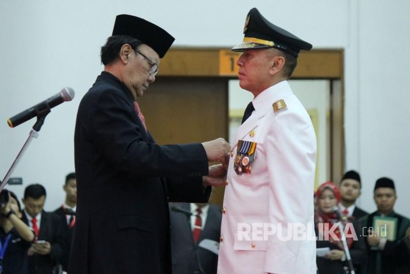 Mendagri Tjahjo Kumolo (kiri) melantik Komjen Pol Mochamad Iriawan sebagai Penjabat (Pj) Gubernur Jawa Barat, di Gedung Merdeka, Kota Bandung, Senin (18/6).
