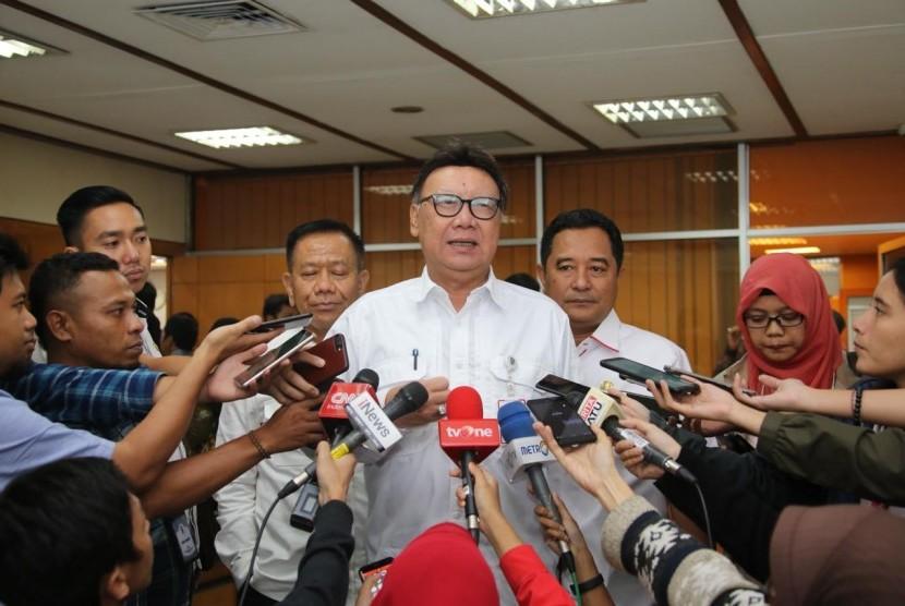 Mendagri Tjahjo Kumolo memberi keterangan kepada wartawan setelah Raker DPR RI dengan Tim Pengawasan Penanggulangan Bencana DPR RI yang membahas perkembangan penanganan bencana di Provinsi NTB, Sulawesi Tengah, Lampung, Banten di Gedung DPR-MPR RI Jakarta, Rabu  (23/1).
