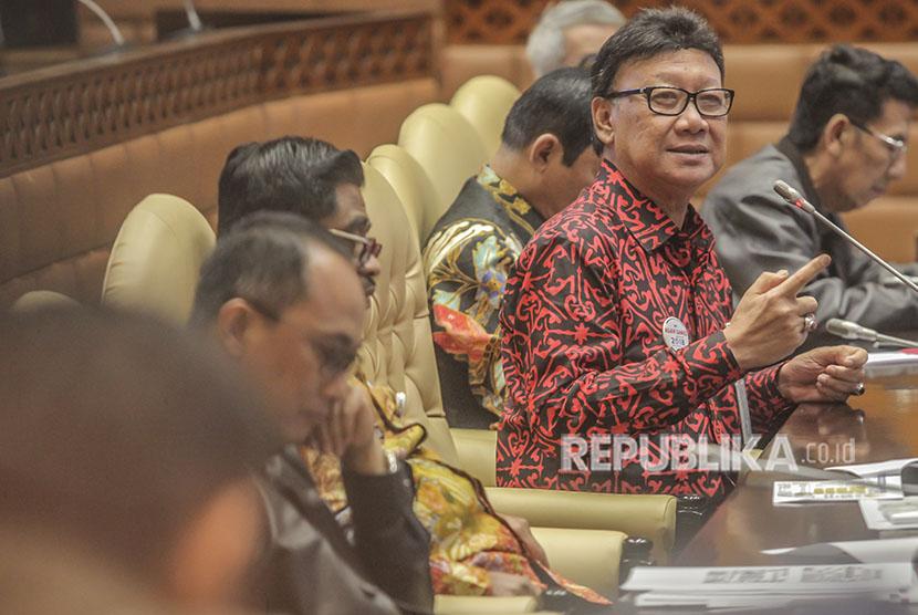 Mendagri Tjahjo Kumolo menyampaikan pendapatnya saat saat raker dengan Komisi II DPR di Kompleks Parlemen Senayan, Jakarta, Kamis (24/5).